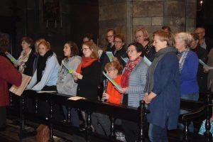 Familie koor luistert de mis op